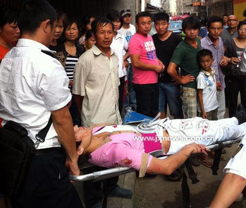 120急救人员将小伙抬上车