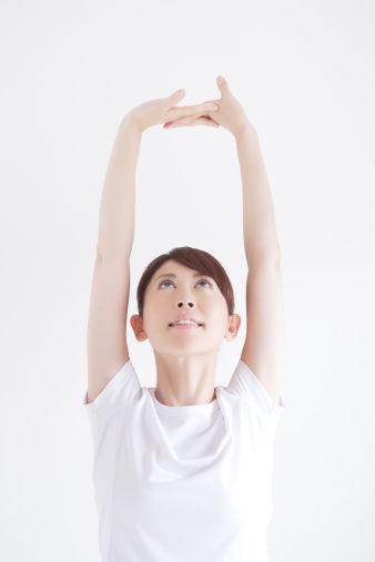 伸懒腰,集深呼吸,扩胸,展腰,举臂,绷腿等动作于一身,可通畅血脉