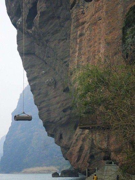 龙虎山千年悬棺  在这些放置悬棺的峭壁背面,大多是山的缓...
