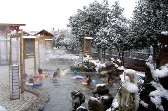 与美女雪中泡温泉 新浪江西旅游