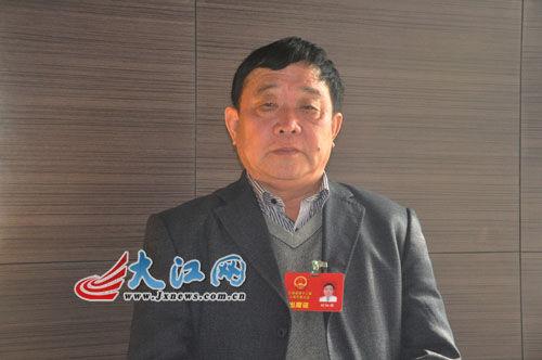 胡细眼代表:建议提高村干部工资待遇(图)_新浪