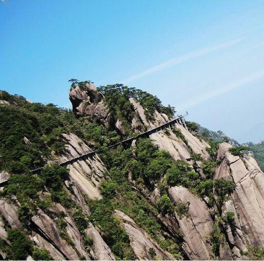 明月山青云栈道   青云栈道在明月山山顶,是欣赏明月山风景的独特