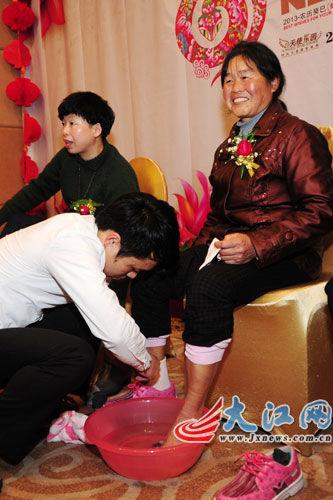 企业年会员工给父母洗脚 老板发新年礼物(组图)