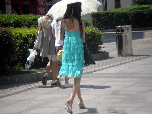 步行街美女背影
