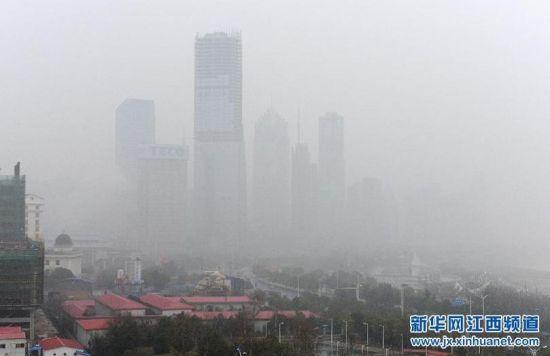 南昌市红谷滩新区被大雾笼罩-南昌出现雾霾天气 市民出行不便