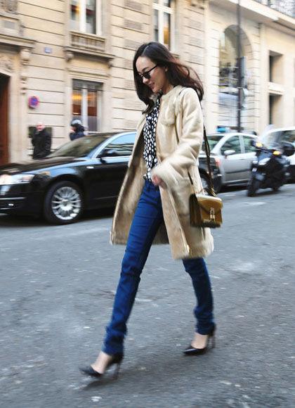 霍思燕巴黎街拍LV手袋拎起来