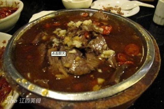 木桶牛肉    推荐理由:肉还是很大一块,下面那厚厚一层的豆芽很下饭.