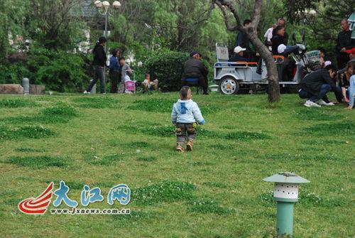 在广场随处可见小孩子到处玩耍