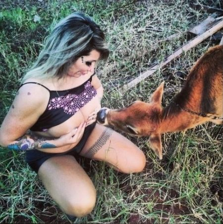 巴西女模特露双乳喂小牛人奶引争议