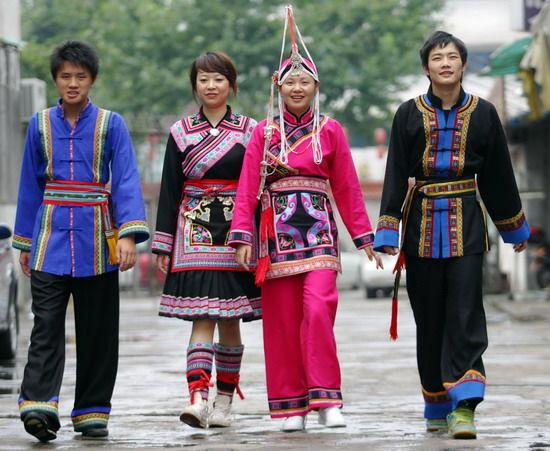 畲族服饰的衣领,袖口和右襟多镶花边