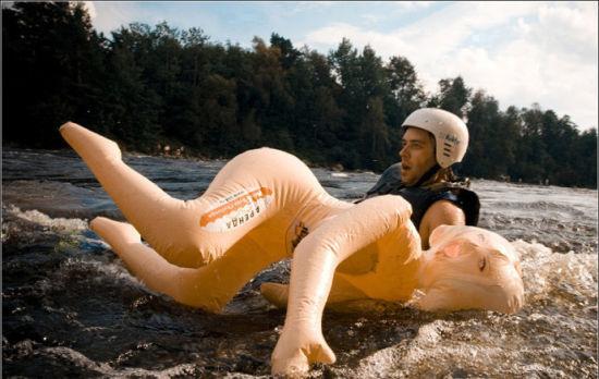 俄罗斯充气娃娃游泳比赛另类使用别有滋味