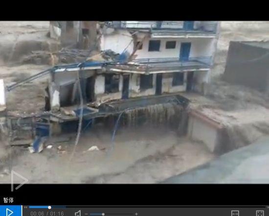 洪水冲垮房屋瞬间