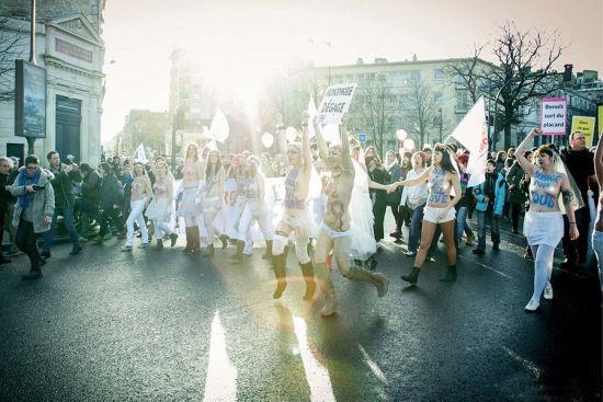 乌克兰半裸女权组织游行建立女权新形象