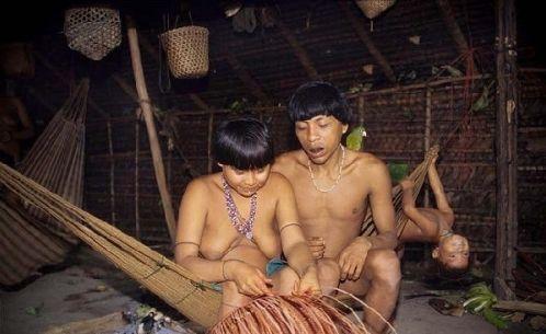 吃亲人尸体做传统赤身裸体的雅诺马马人