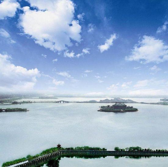 欣赏象湖的中国古典建筑也是很有兴味的一件事,尽管这些建筑是最近几年建设的。但对于南昌这样一个古代名城来说,经历太多的战火,明清时期的建筑能够幸存的,已经是微乎其微了,这些新建的别致的中国古典建筑,还是给南昌增添了一份秀丽。象湖的万寿塔矗立于妙济山之颠,昭示太平盛世之意,而塔身威武挺拔的身姿,更成为整个景区的一个亮点。妙济山的建筑群形式,多为江西地方民居特色。 [上一页] [1] [2] [3] [4] [5] [6]