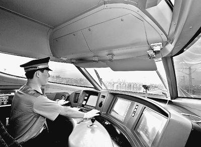 图为动车司机驾驶动车组奔驰在向莆铁路上。张学东摄