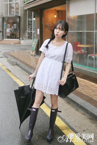 雨季必备!实用雨靴搭出潮味新造型