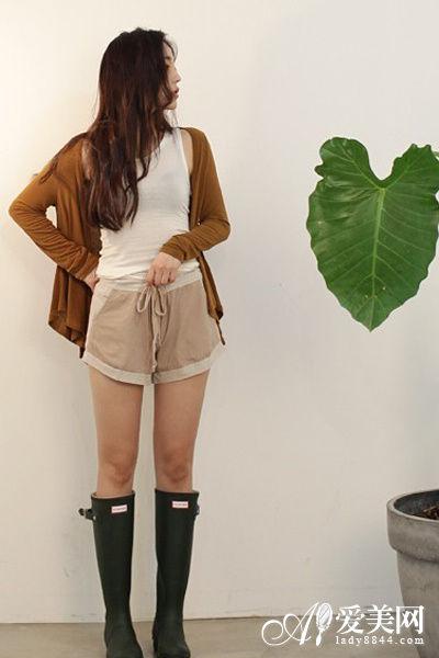 搭配tips:白色紧身t恤+卡其色短裤+棕色外套+黑色