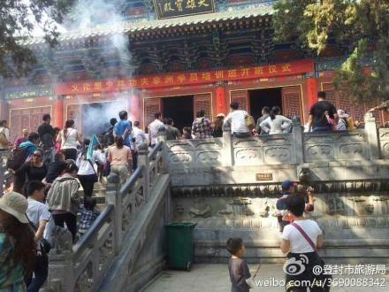 河南省登封市旅游局在其微博发布少林寺各大殿香炉的照片,证明大雄宝殿前并无高香。来源:登封市旅游局微博