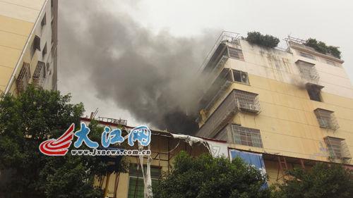 南昌进贤民和商城世纪小区一楼房中午突发大火