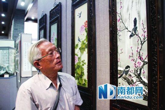 离退休老人爱上瓷画作品媲美名家