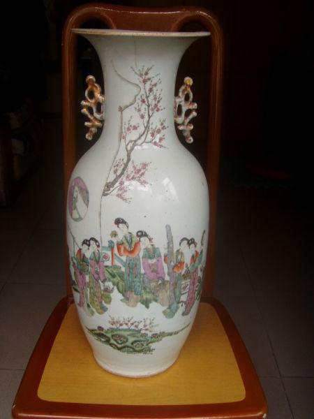 瓷器鉴赏:清代粉彩仕女图双耳瓷瓶