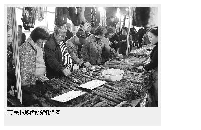 市民抢购香肠和腊肉
