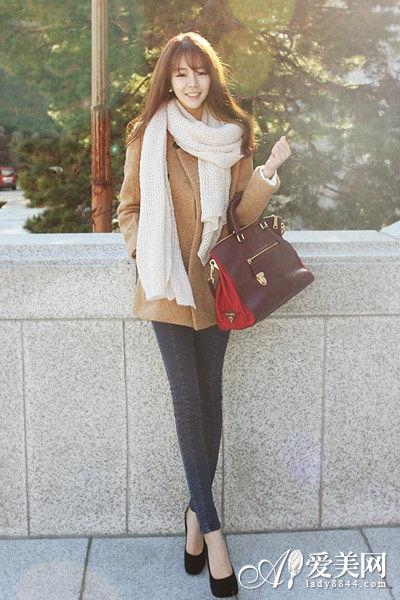 搭配示范:驼色呢子大衣+米色围巾+紧身牛仔裤+黑色