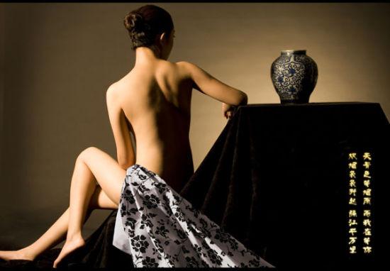 女子露美背演绎青花瓷的美丽传说