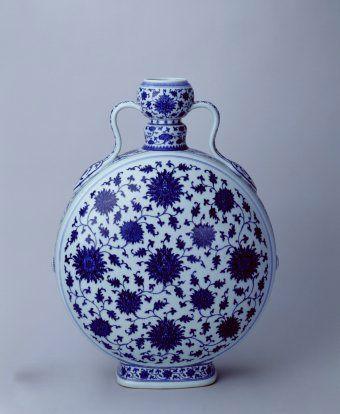 古瓷鉴赏:清乾隆青花缠枝莲纹如意耳扁壶