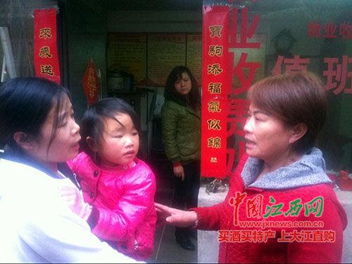 获救孩子的母亲向刘阿姨(右)道谢,刘阿姨叮嘱要多注意孩子安全。