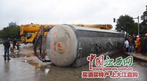 3月6日14时06分,位于南昌市昌东工业园东泰大道与昌安路交汇处,一名男子骑电动车横穿马路时,被一辆大货车撞倒并被碾压在车底。