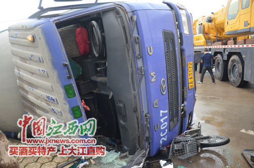 男子和电动车一起被大货车碾压在车底。