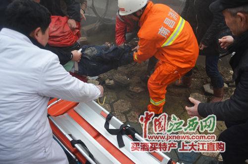 经过10多分钟的紧张施救后,货车终于被缓缓顶起,消防救援人员立即将被困男子移出并抬上救护车