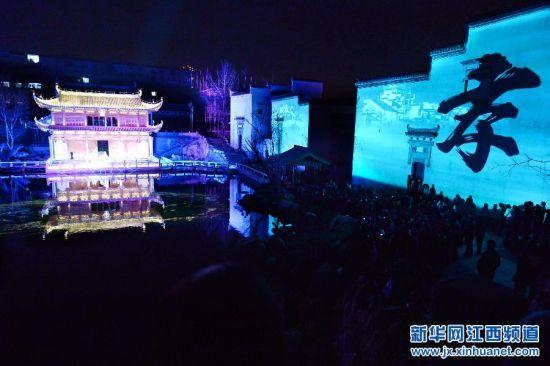 3月14日晚,市民和游客在观看朱熹情景剧《熹园惊梦》。(新华社记者 宋振平 摄)
