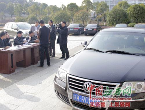 上午9时许,公车司机严师傅将车辆相关证件交给工作人员登记归档