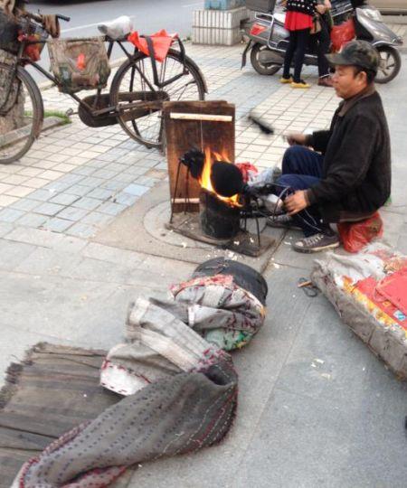 九江的一条小街上,小编巧遇爆米花老师傅