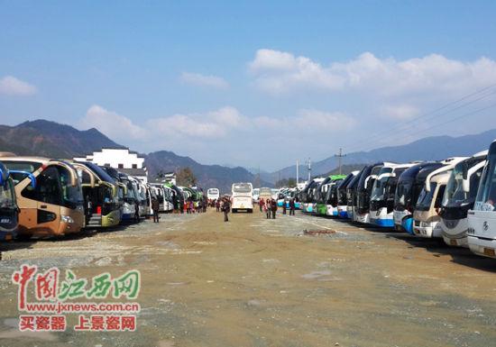 2300人的特大旅游团分乘48辆旅游大巴游婺源篁岭。