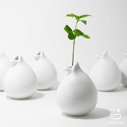 没有夸张华丽的外表,有的只是柔美的曲线,简单的造型,纯净的颜色。白色小清新简约陶瓷花瓶,应该是森女的最爱了。不管是在温馨的房间里还是枯燥的办公室里,若是加上这些点缀,生活就多了些许小清新与文艺的感觉,简单却又温暖。