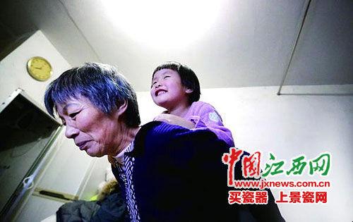 郭敏背着小女儿。图由郭敏提供
