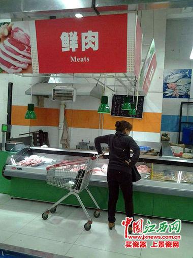 市民在省城某市场选购猪肉。