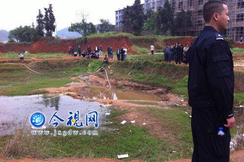 4月2日,两男孩尸体在赣州宁都县莲花北路水东菜市场旁一个水坑中被发现