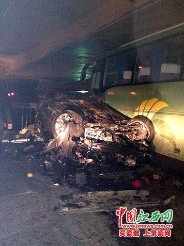 越野车坠毁,旁边的大客车也受损。