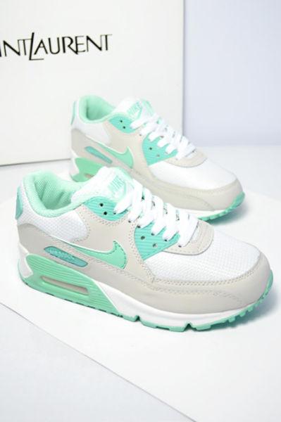 温暖四月清新绿色运动鞋清明出游
