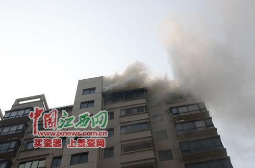 南昌小区居民楼11楼起火 无人员伤亡(图)