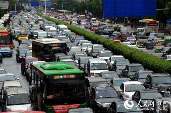 25日南昌出现短时强降水,致使八一大道、阳明路等主干道出现严重堵车。