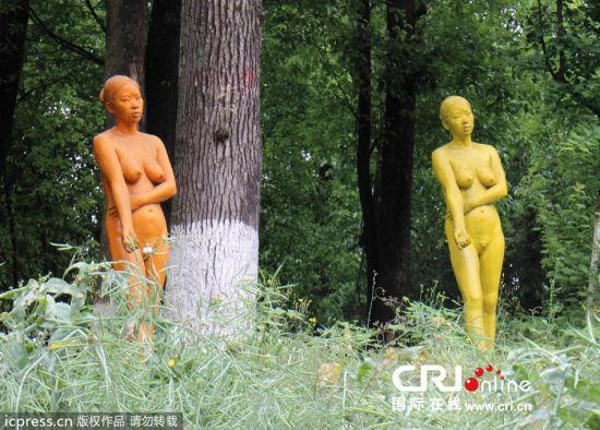 重庆大学城摆放裸女雕塑:市民称亵渎女性