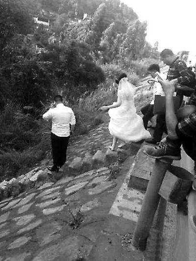 婚车五一遇堵 新郎拉赤脚新娘狂奔下高速(图)