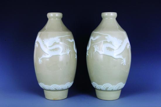 抗战时期堆釉黄地白龙纹橄榄瓶鉴藏