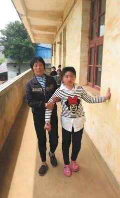 奶奶搀扶着小江行走。